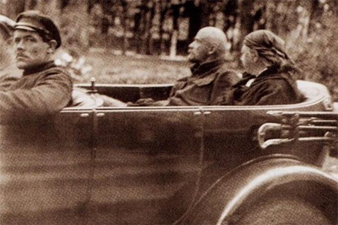 Xəstə Krupskayanın güdazına gedən Lenin